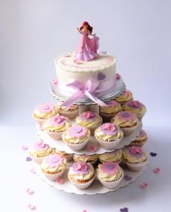 Round cake with cupcakes
